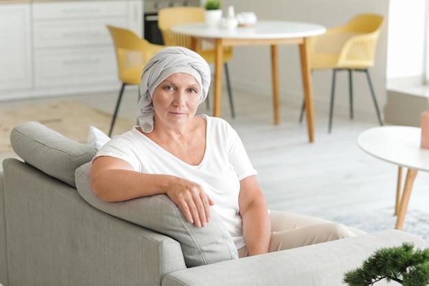 Mulher madura após quimioterapia em casa