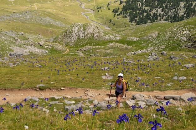 Mulher madura, caminhadas nas montanhas dos pirenéus