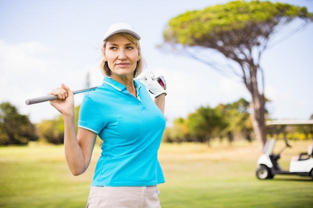 Mulher madura, carregar, taco golfe