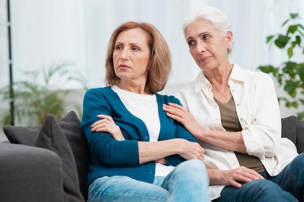 Mulher madura chateada com a amiga