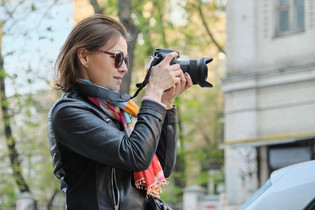 Mulher madura com câmara fotográfica