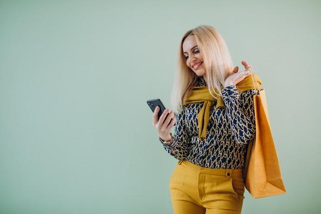 Mulher madura com sacos de compras