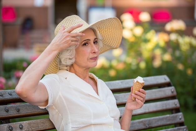 Mulher madura com sorvete.