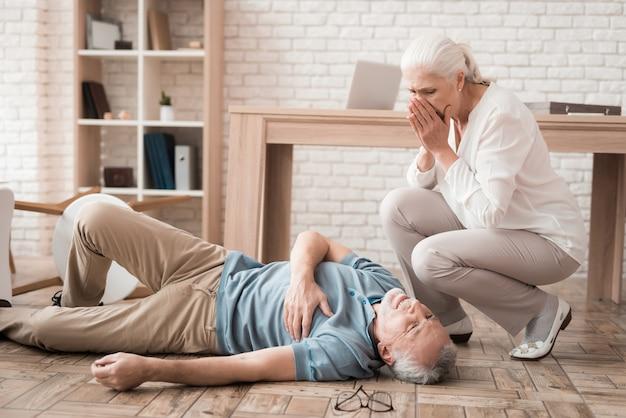 Mulher madura está preocupada por causa do ataque cardíaco.