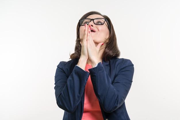 Mulher madura fazendo uma oração, medita.