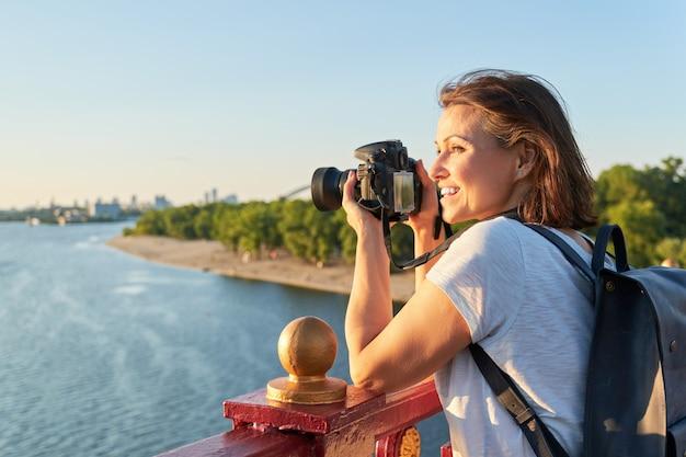 Mulher madura, fotografando com câmera