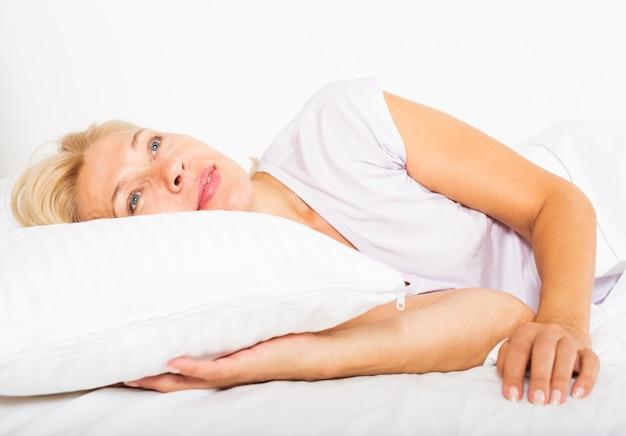Mulher madura na cama