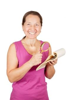Mulher madura olhando caderno