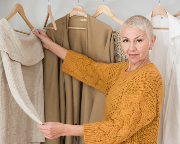 Mulher madura posando e mostrando suas roupas