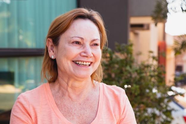 Mulher madura, sorrindo, olhando para a câmera. mulher idosa sorrindo