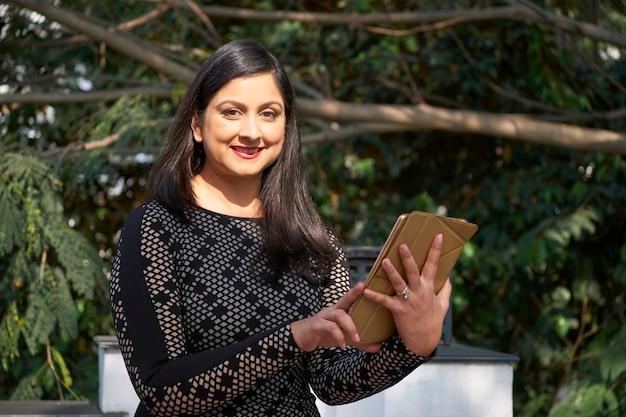 Mulher madura usando tablet