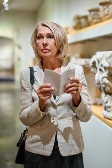 Mulher madura visitando o museu de arte