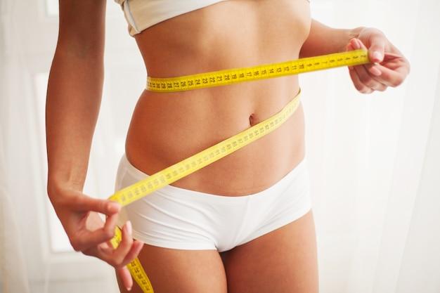 Mulher magra e saudável em sua casa