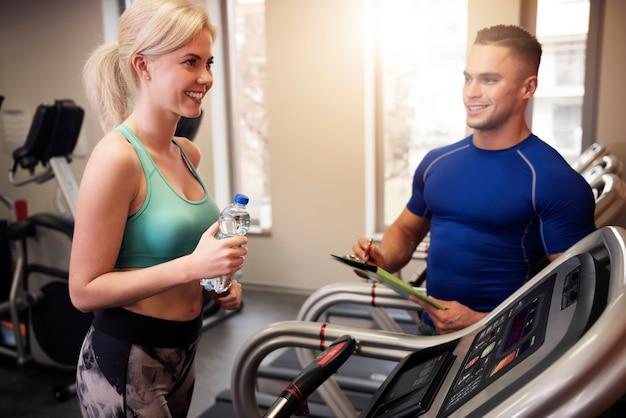 Mulher magra e seu personal trainer