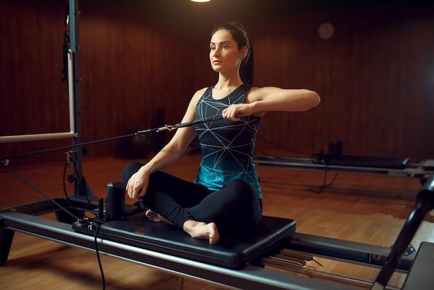 Mulher magra em roupas esportivas, treinamento de pilates