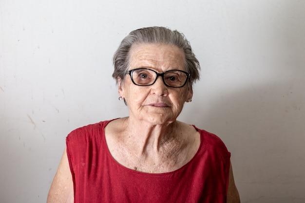 Mulher mais velha bonita rindo e sorrindo. mulher idosa sorridente.