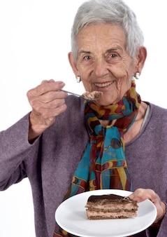 Mulher mais velha, comer um pedaço de bolo