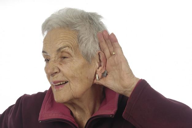 Mulher mais velha que não ouve bem