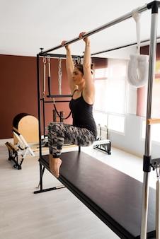 Mulher malhando em uma academia com um conceito de saúde e fitness