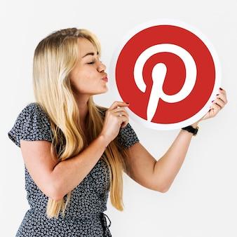 Mulher mandando um beijo para um ícone do pinterest