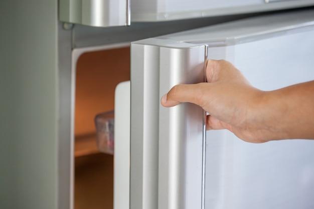 Mulher, mão, abrindo, geladeira, porta