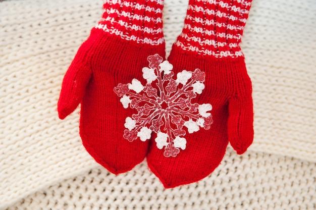 Mulher, mão, em, luvas vermelhas, segurando, branca, grande, floco de neve