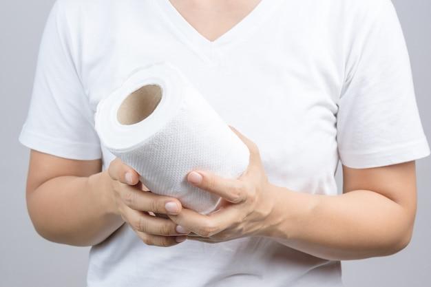 Mulher mão segurando o lenço de papel