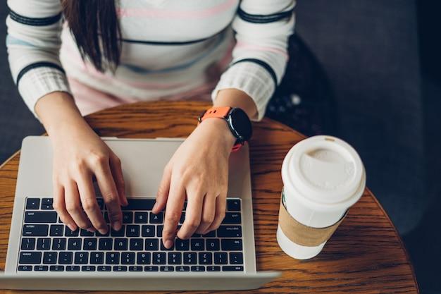 Mulher, mãos, digitando, ligado, laptop