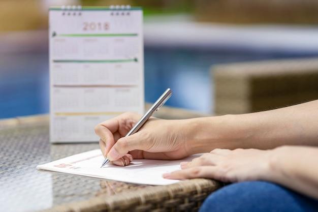 Mulher, mãos, escrita, plano, ligado, caderno, planificação, agenda, e, cronograma, usando, calendário
