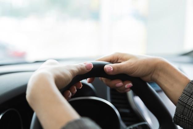 Mulher, mãos, ligado, volante