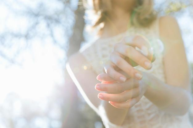 Mulher, mãos, posar, em, luz solar