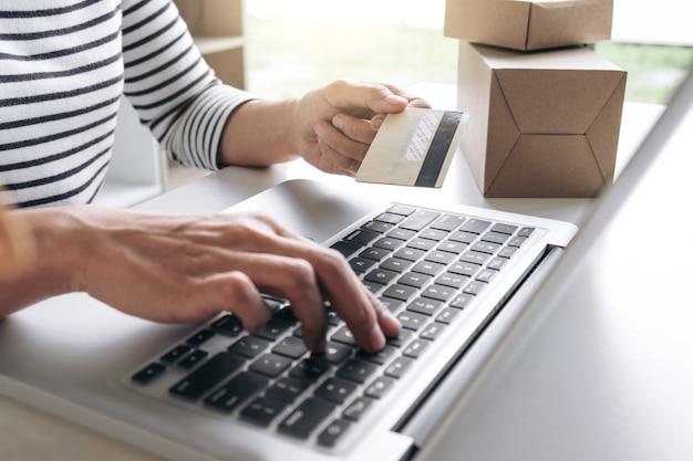 Mulher, mãos, usando, cartão crédito, registro, e, pagamentos, shopping online, e, serviço ao cliente