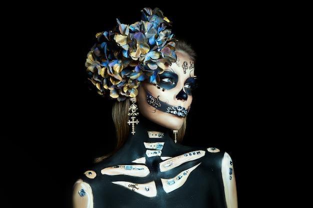 Mulher maquiada em esqueleto