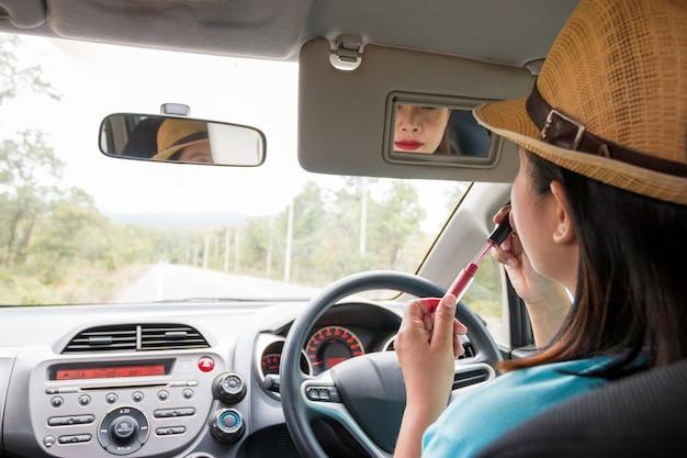 Mulher, maquiagem aplicando, enquanto, dirigindo carro