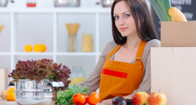 Mulher maravilhosa na cozinha clara