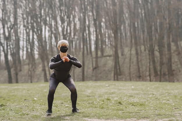 Mulher mascarada treinando durante o coronavírus