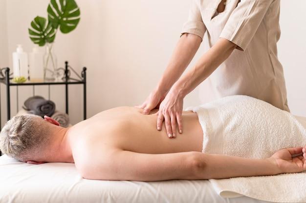 Mulher massageando as costas do homem