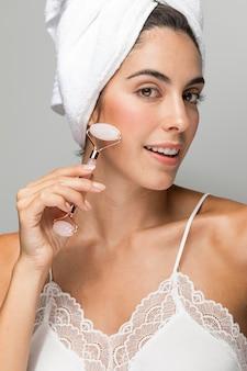 Mulher massageando o rosto