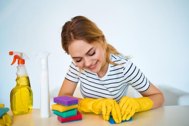 Mulher, materiais de limpeza, prestação de serviços. foto de alta qualidade