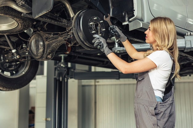 Mulher mecânica de baixo ângulo trabalhando