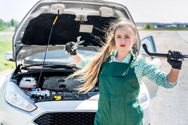 Mulher mecânica posando com chaves e chaves inglesas
