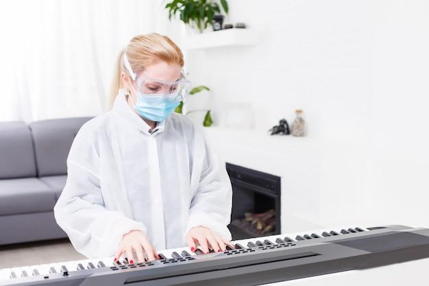 Mulher médica com máscara protetora tocando piano