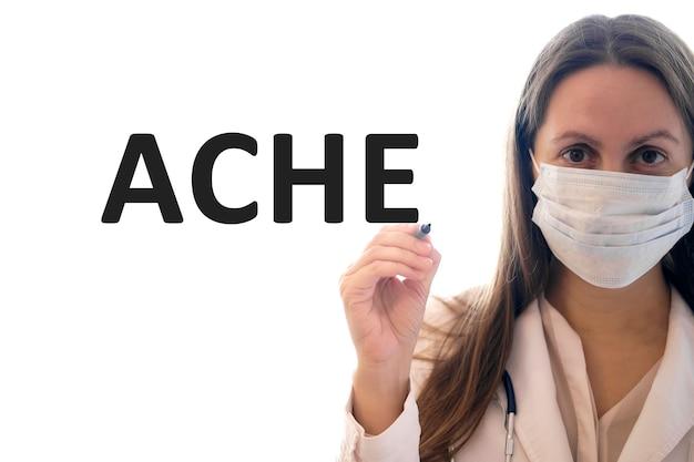 Mulher médica com uma máscara segura uma caneta e escreve um texto ache
