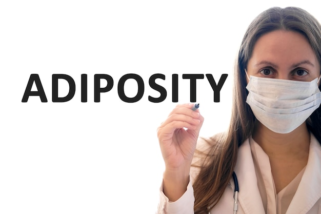 Mulher médica com uma máscara segura uma caneta e escreve um texto de adiposidade