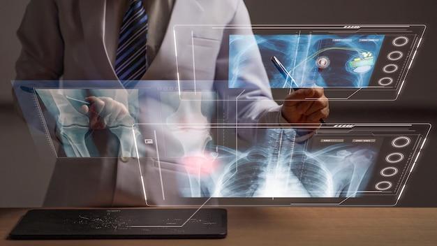 Mulher médica revisando a anatomia humana na tela frontal para exibição de holograma para exame médico