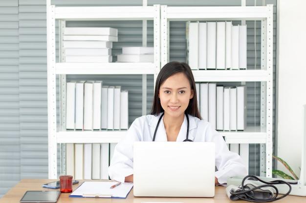 Mulher médico, em, a, escritório, sala