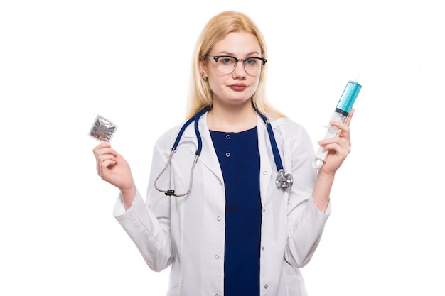 Mulher médico segurar camisinha e injeção