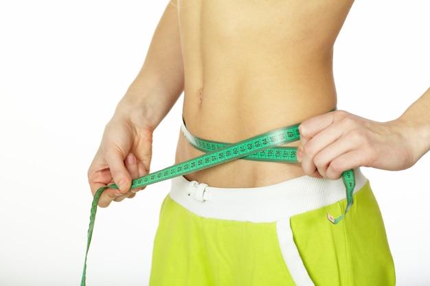 Mulher, medindo a forma perfeita de belas ancas. conceito de estilos de vida saudáveis