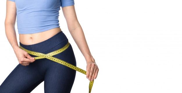 Mulher, medindo o corpo dela.