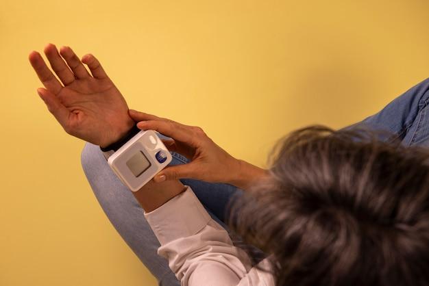 Mulher medindo sua pressão arterial.